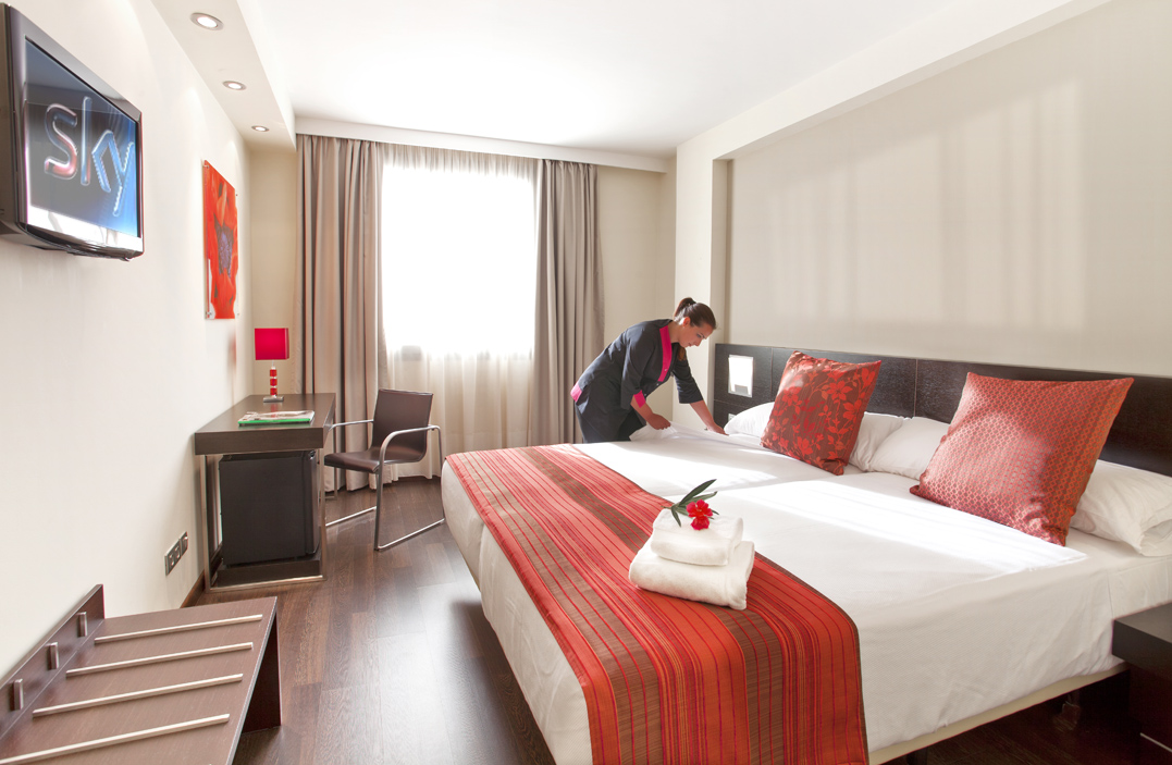 Standard twin, room service, Aura Hotel, Hotel Photography Andalucia, poppy on acrylic, chambermaid, making the bed