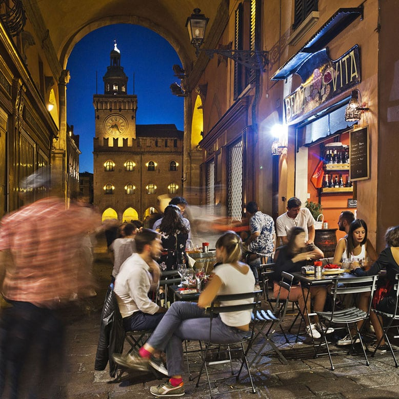 Bologna, Palazzo D'Accursio, ITALY, Cafe Bella Vita, pasta, Nightlife in Bologna, where to eat Bologna, Bolognese Sauce, girls in Bologna