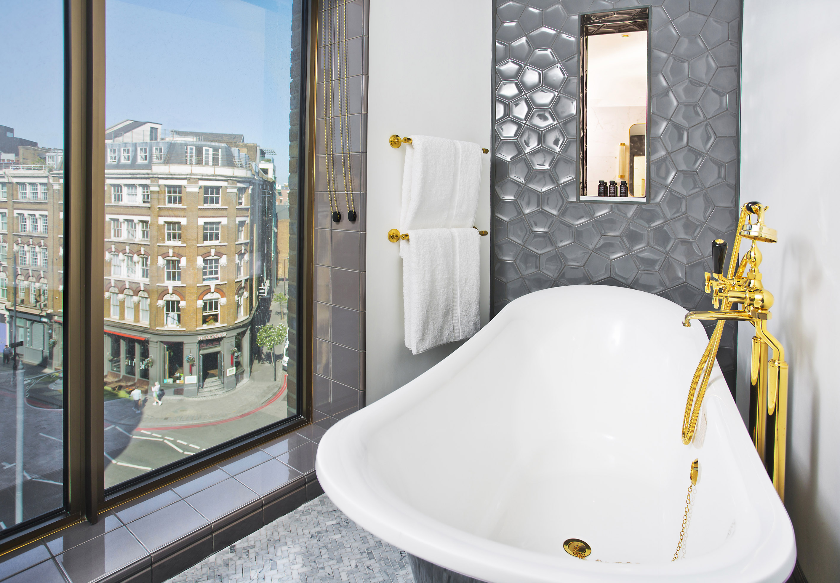 Bathroom with a view, luxury towels - Shoreditch London